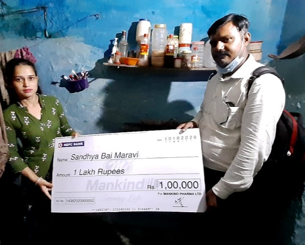 The leading pharmaceutical company, Mankind Pharma, after knowing about Sandhya Marawi, came forward to support India's first lady coolie