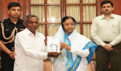 Former Indian president - Pratibha Patil who was so impressed by his work that she invited him to Rashtrapati Bhavan